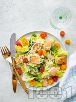 Лесна зелена салата айсберг с крутони, чери домати и сирене пармезан - снимка на рецептата